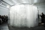 B-Teilchen performing in installation